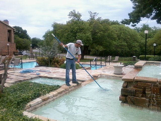 pool cleaning service cost to maintain pool